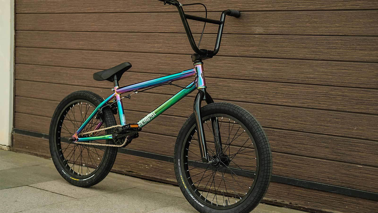 на полу bmx трюковой велосипед