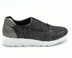 Черные кроссовки на обьемной подошве