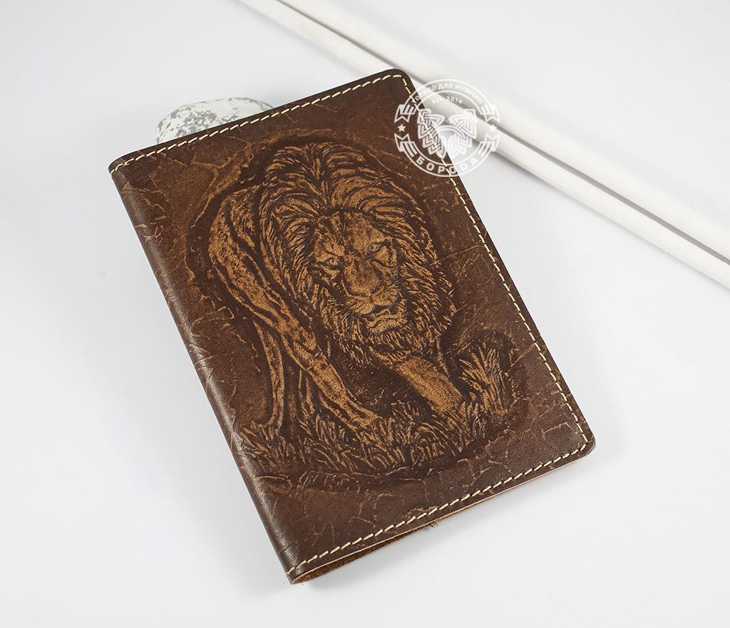 BY14-30-03-01 Обложка на паспорт ручной работы «Нарнийский Лев»