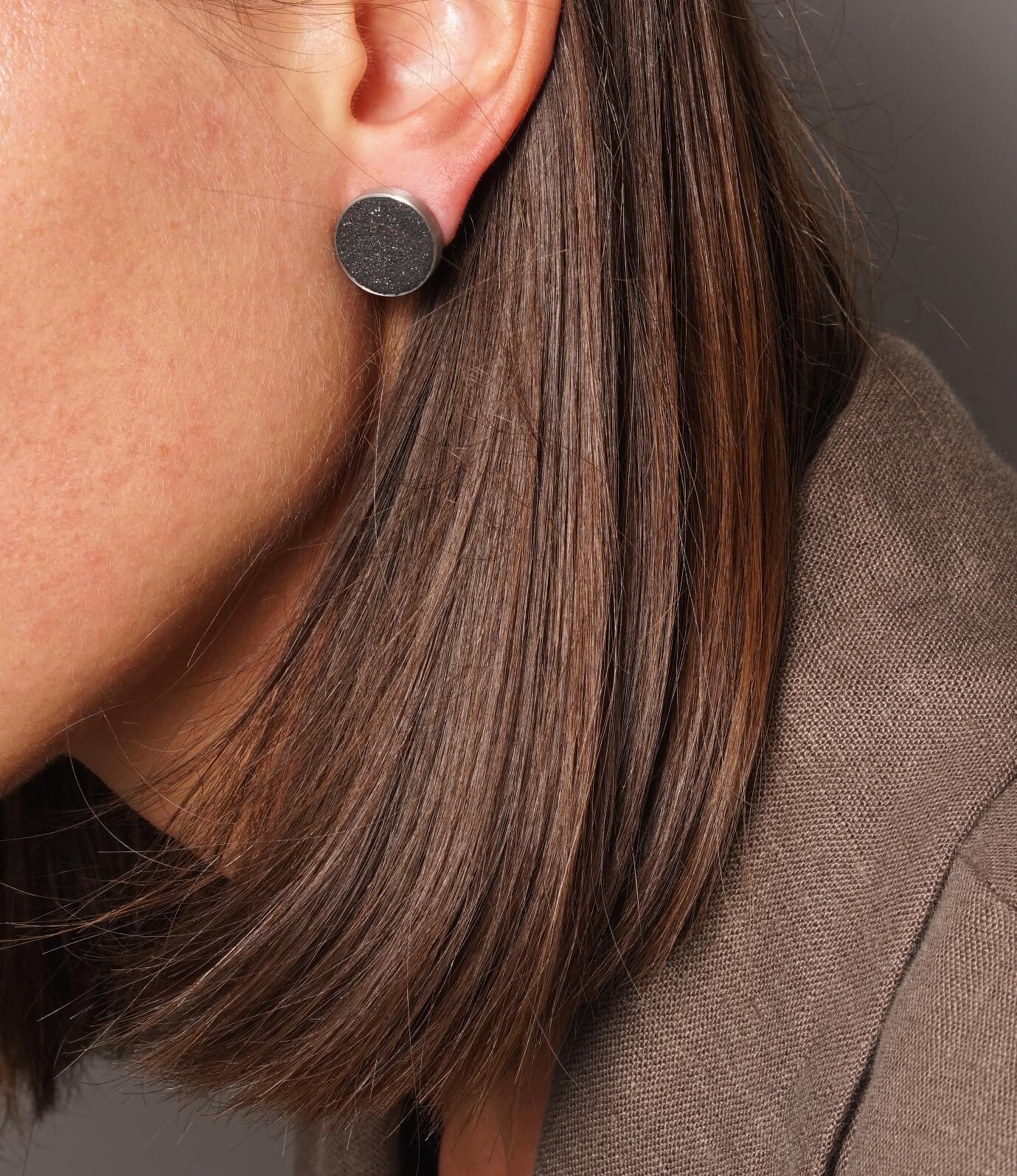 Konzuk Adhara Stud Earrings — серьги из бетона и стали