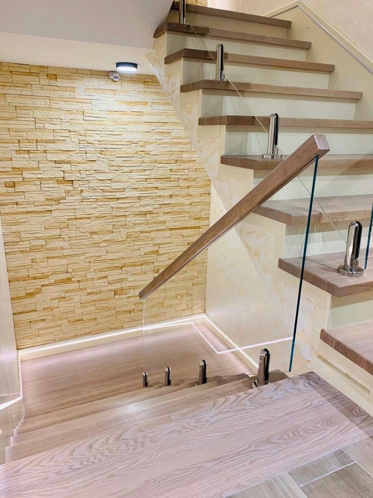 Лестница из массива ясеня. Проект №12