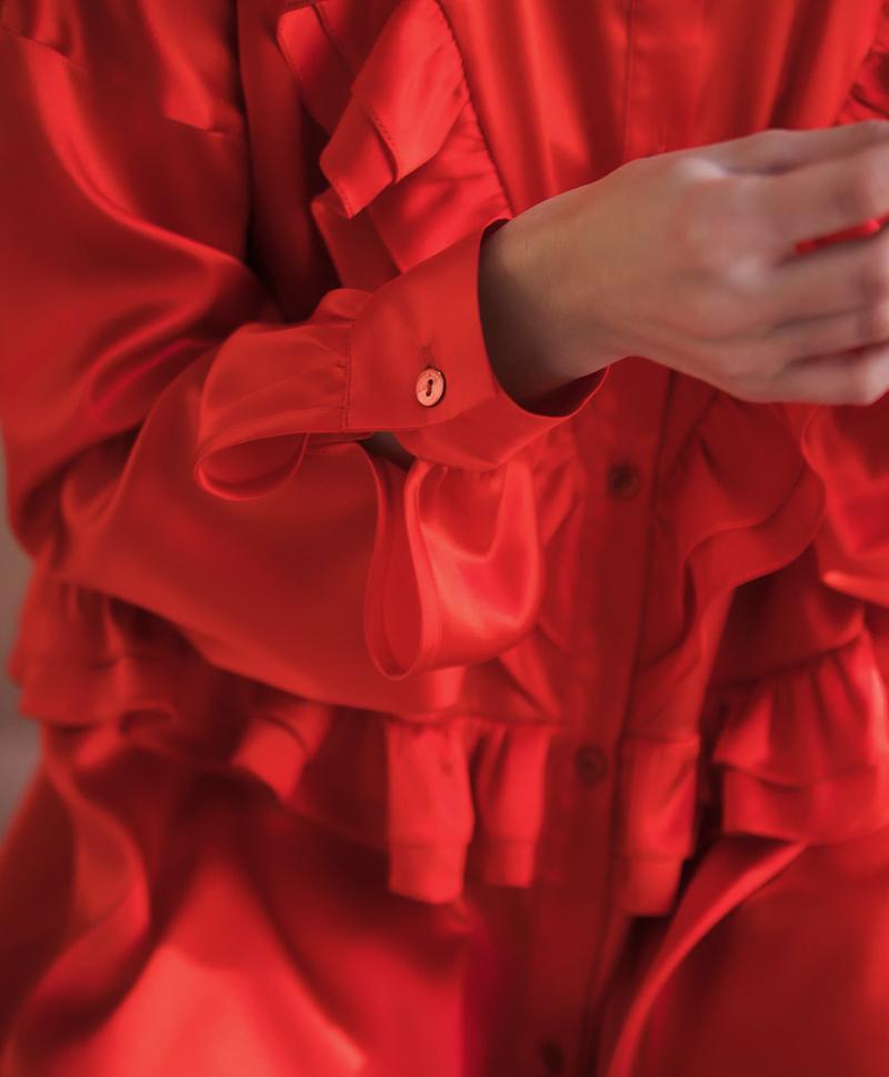 Красное шелковое платье с рюшами