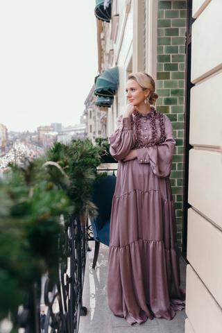 Платье макси с рюшами лиловое