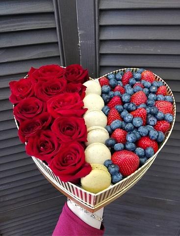 Коробочка сердце с розами, клубникой и макарунами #19086