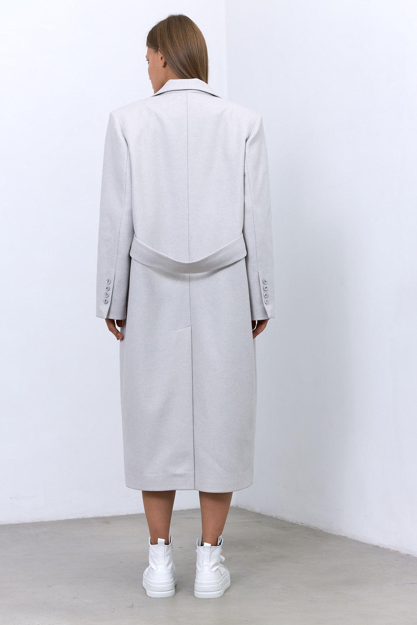 Пальто в мужском стиле с хлястиком на спинке, белый туман