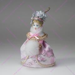 Малая подвесная кукла Барышня в высоком парике с муфтой