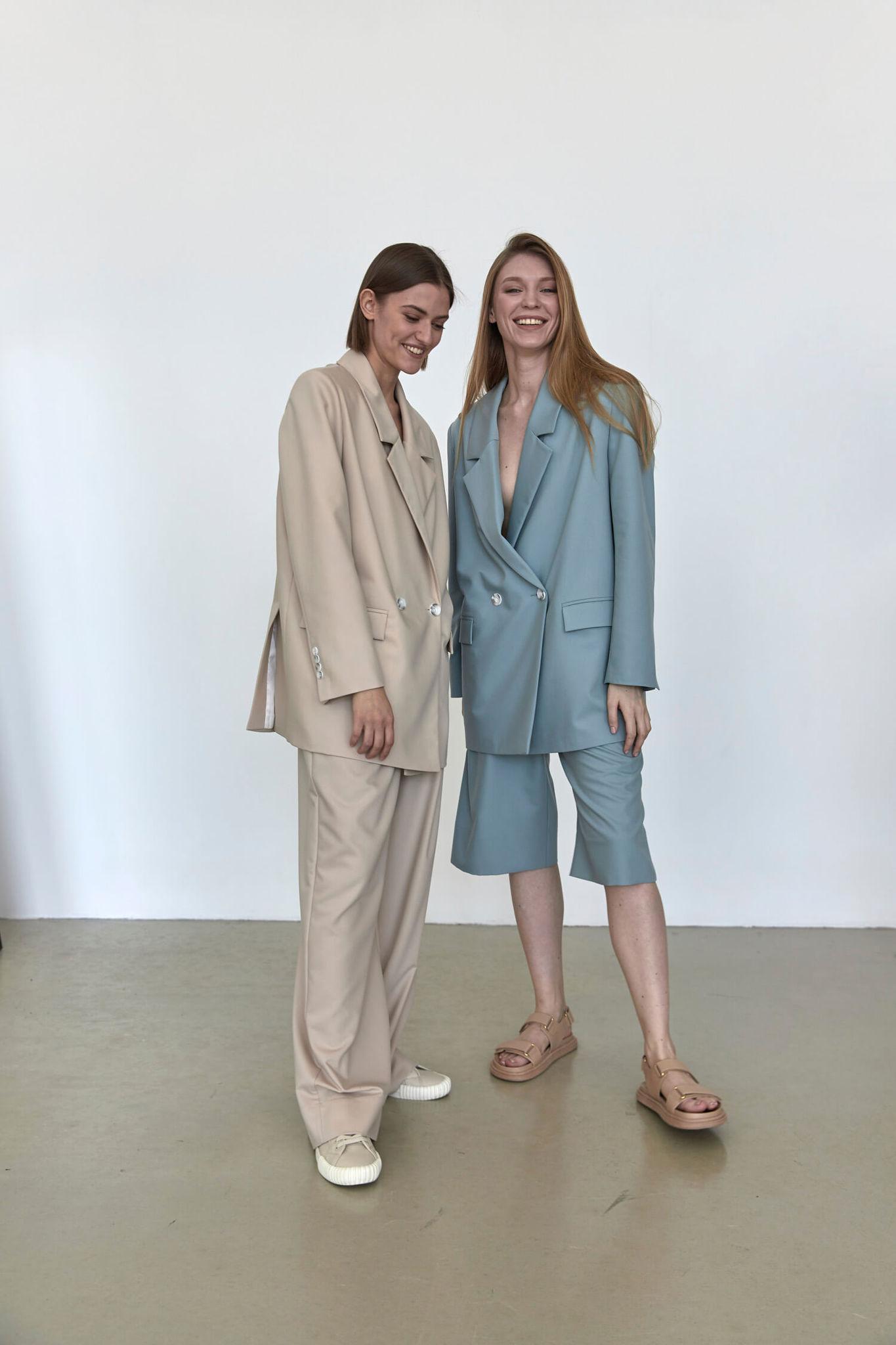 Широкие брюки с двумя складками,  беж