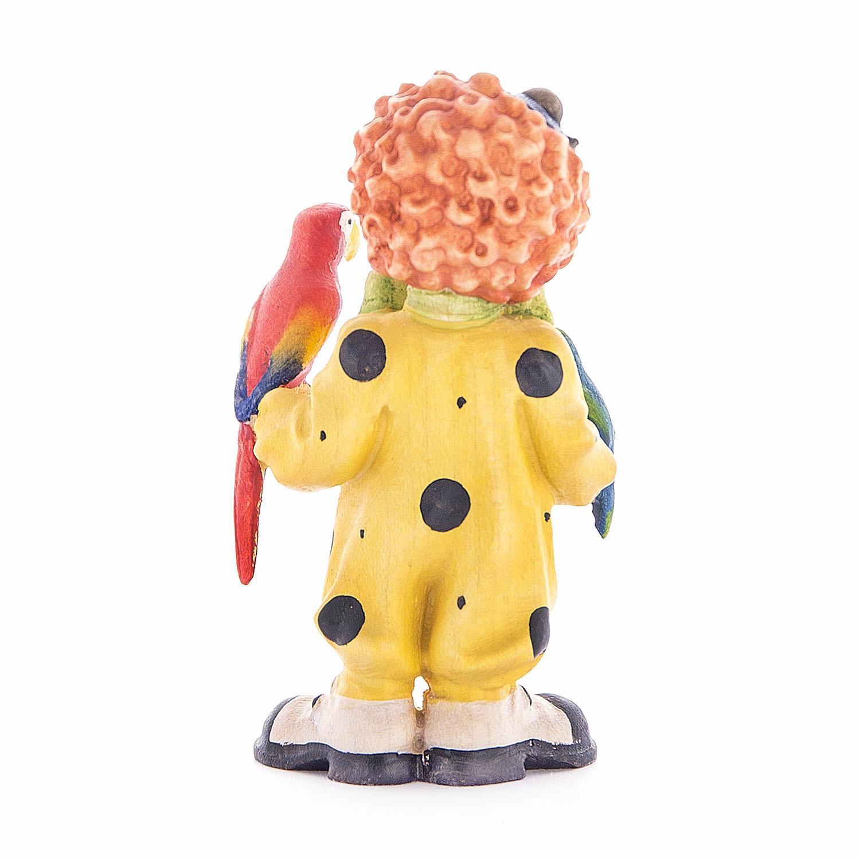 Клоун-мальчик с попугаями