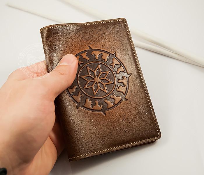 BY14-36-01 Кожаная обложка на паспорт ручной работы «Алатырь Щит»