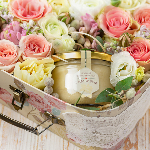 Чемоданчик с медом-суфле и цветами (20х16см)