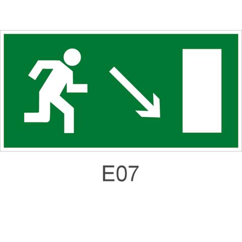 Знак Е07 движения к эвакуационному выходу направо вниз