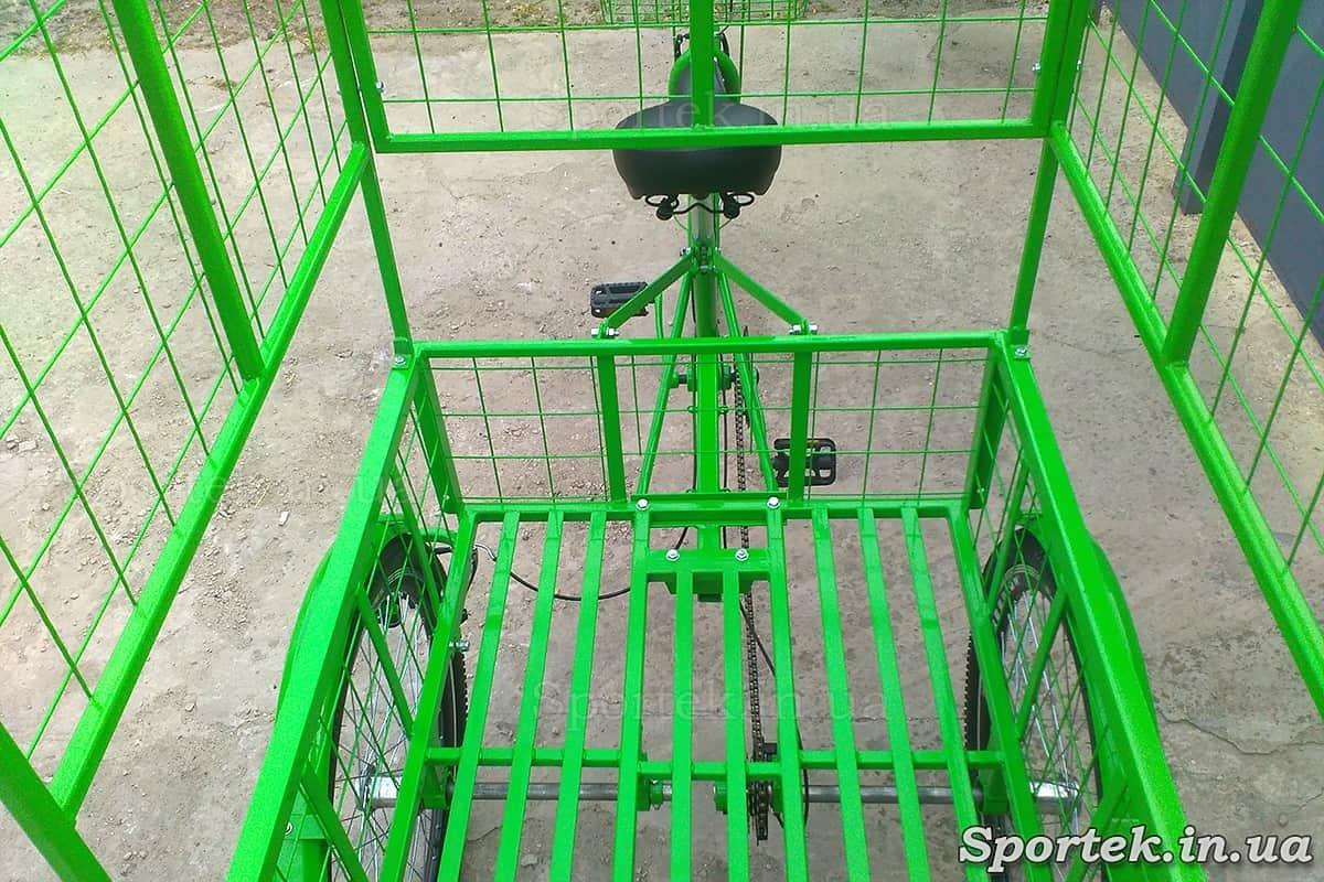 Вигляд ззаду на сідло і вантажну платформу триколісного вантажного велосипеда 'Квітковий'