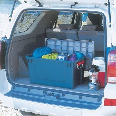 Экспедиционный ящик IRIS RV Box 700, в багажнике внедорожника.