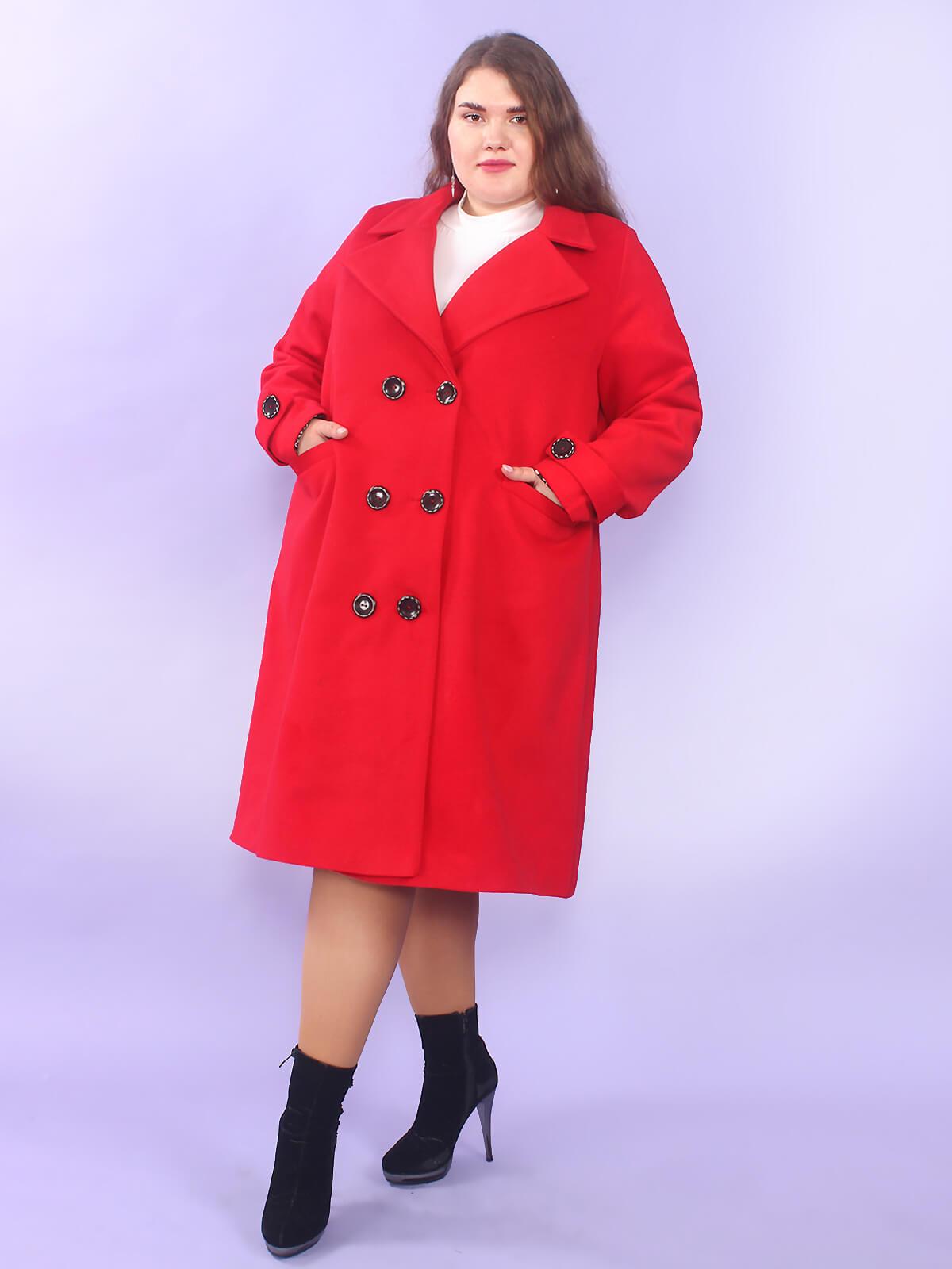 Красное женское пальто больших размеров