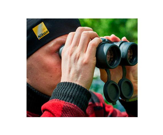 смотрит в Nikon Monarch 12x42