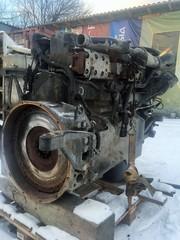 Двигатели D2866LF../D2876LF.. 1. Водяной насос с непосредственным приводом от коленчатого вала. 2. Компрессор системы кондиционирования. 3. Генератор. 4. Масляный фильтр. 5. Рециркуляция отработавших газов (AGR). 6. Клапаны пикового давления и дроссель. 7. Четырехклапанные головки блока цилиндров. 8. Впускной коллектор. 9. Корпус термостата. 10. Воздушный компрессор. 11. Привод вентилятора. 12. Автоматический натяжитель поликлинового ремня. Рядные шестицилиндровые двигатели D2866LF.. и D2876LF.. имеют рабочие объемы соответственно 12,0 и 12,8 литров. Они соответствуют экологическим нормам Euro 2 или Euro 3