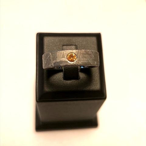 Кольцо на заказ из метеорита с оранжевым сапфиром