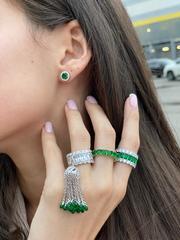 47975- Широкое кольцо-дорожка из серебра с изумрудными и белыми цирконами
