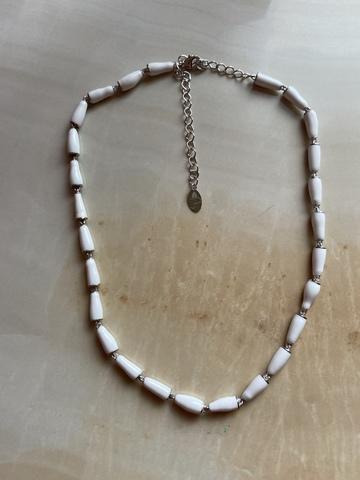 Колье Бонго белое, серебряный цвет