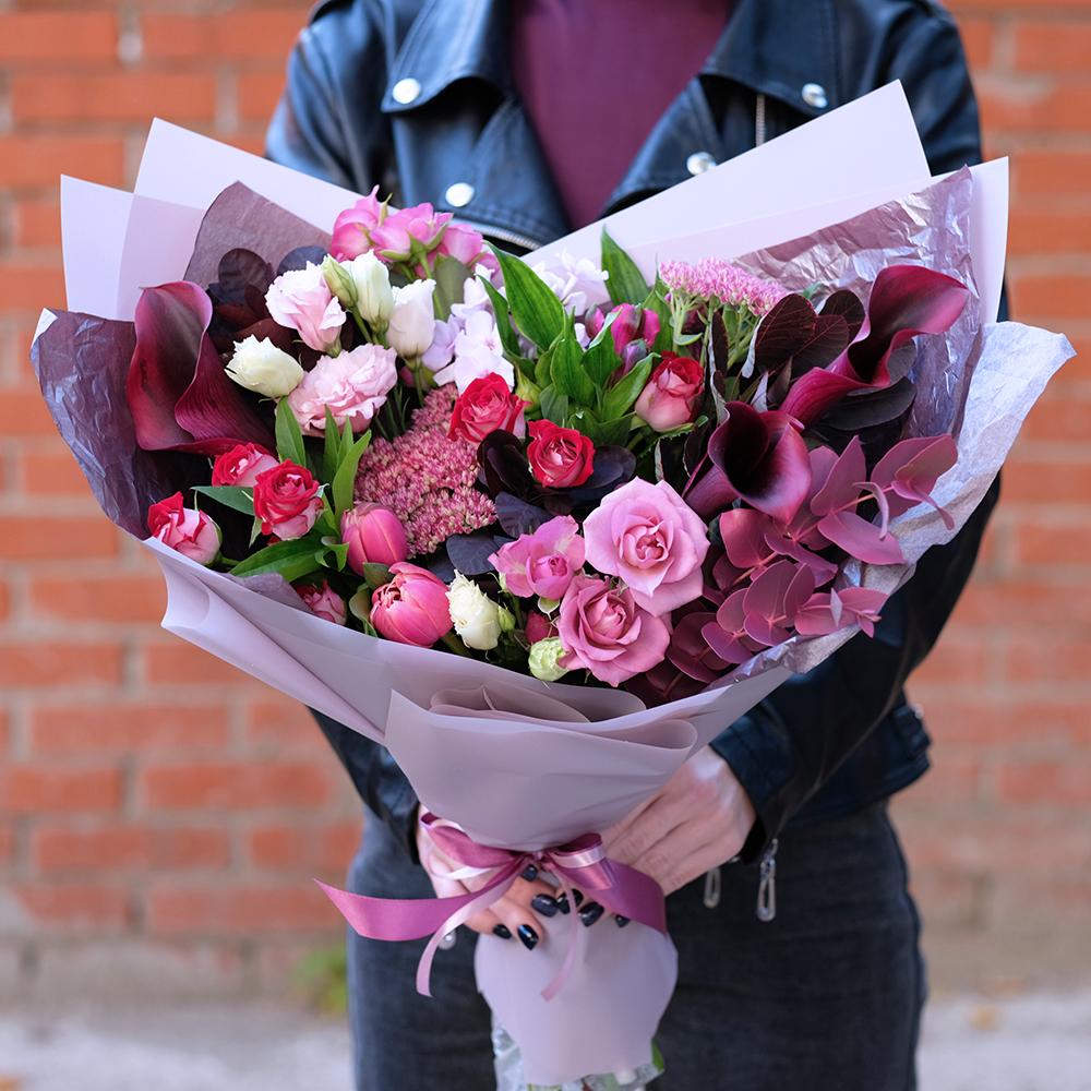 Стильный букет с черными каллами и тюльпанами заказать купить онлайн в интернет магазине с доставкой по городу Перми курьером