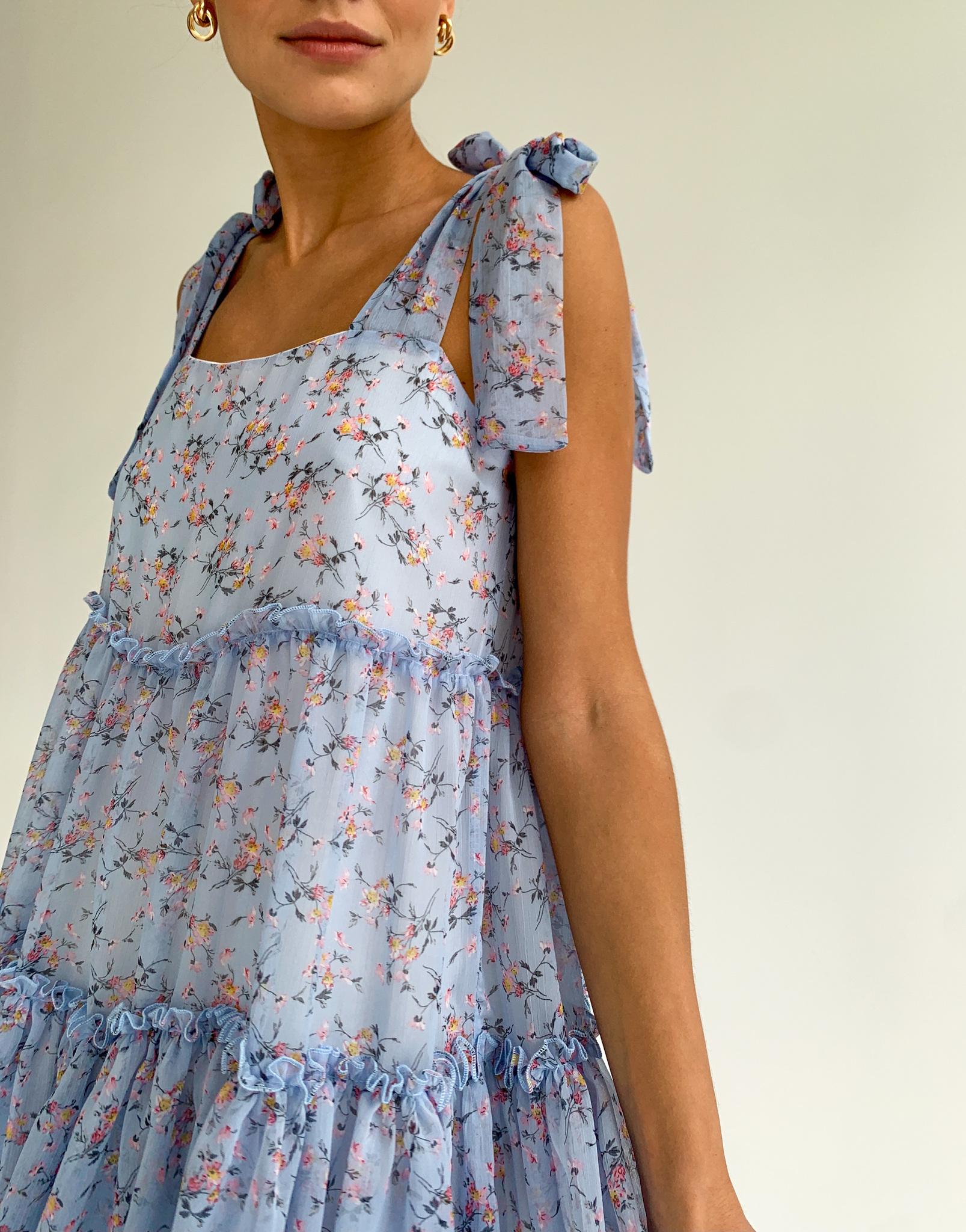 Платье шифоновое с завязками на плечах (цветы на голубом)