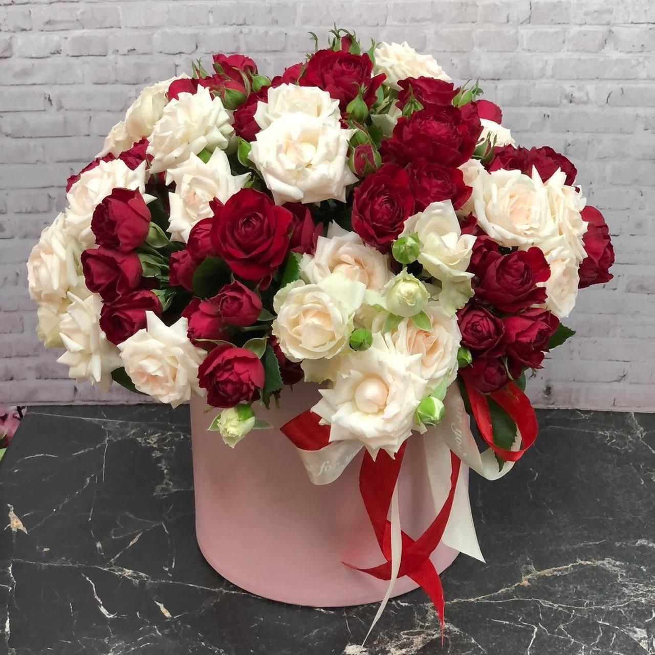 Композиция розы кустовой в шляпной коробке Красно-белая (ШК-5)