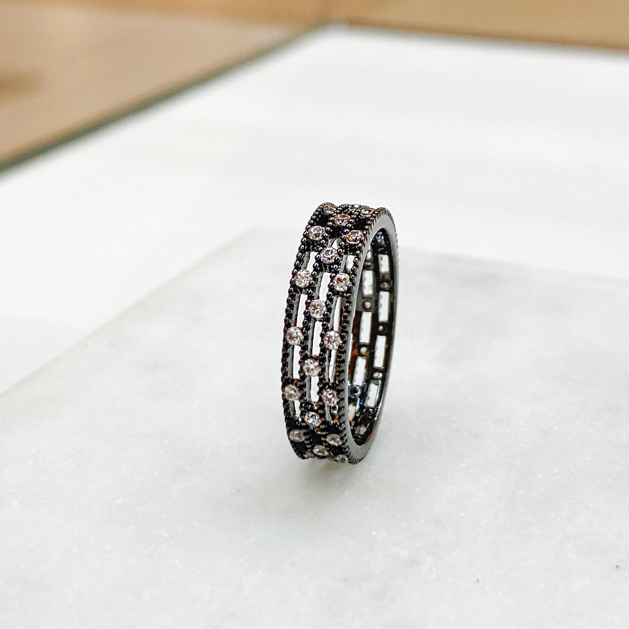 Кольцо-дорожка с шахматкой цирконов (черный)