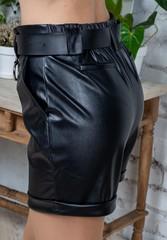 Стильные шорты из эко-кожи. Черный