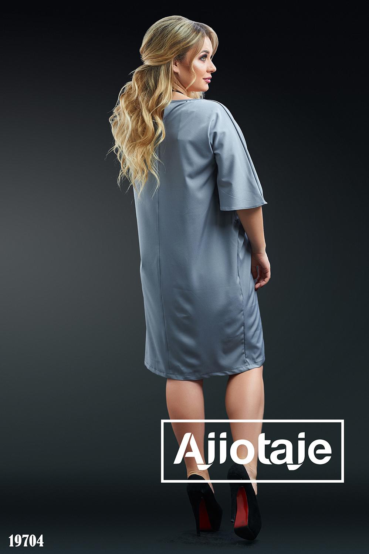 Платье серого цвета с небольшим украшением
