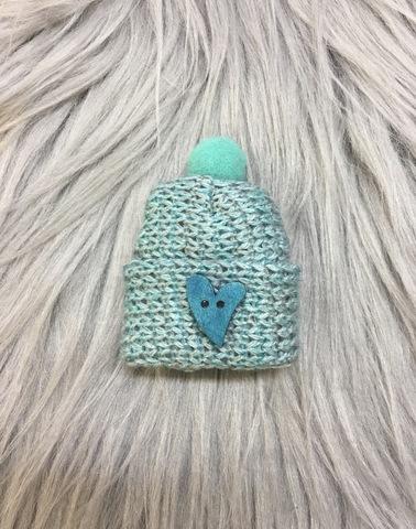 Маленькая брошка в виде шапочки с сердечком