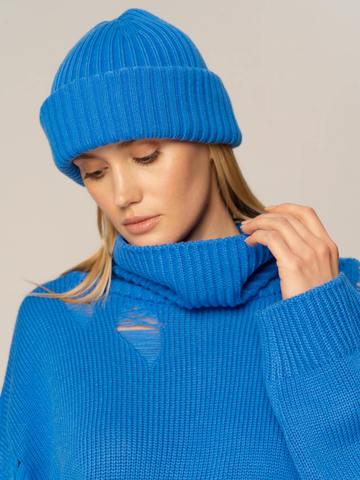 Женский комплект из свитера и шапки цвета деним - фото 3