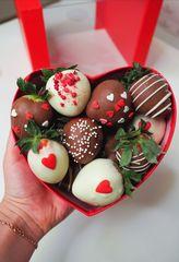 Сердце с клубникой в шоколаде