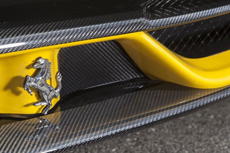 Карбоновые вставки в передний бампер по бокам от логотипа для Ferrari 458 Speciale