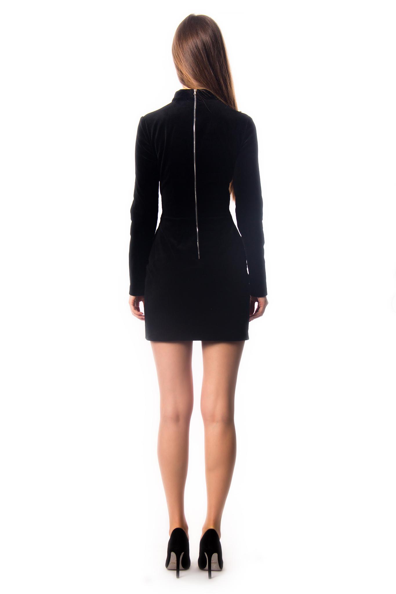 Черное бархатное платье с глубоким вырезом и украшением