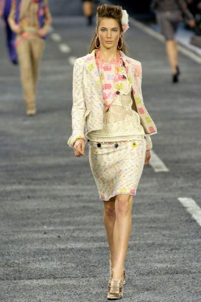 Красивый жакет из твида пастельных оттенков от Chanel, 38 размер.