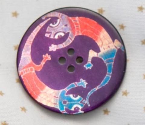 Пуговица с двумя разноцветными ящерицами на фиолетовом фоне, роспись по перламутру, 27 мм