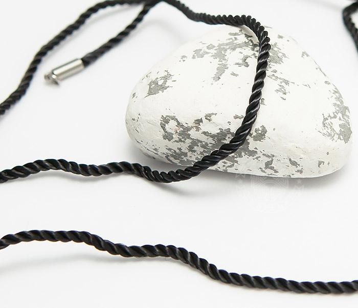 PL280-1 Крученый шнурок на шею (гайтан) из шелка черного цвета (55 см)