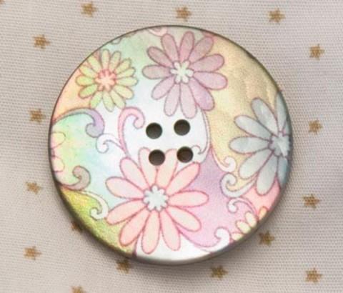 Пуговица с разноцветными ромашками, на сиреневом, розовом и зелёном фоне, роспись по перламутру, 28 мм