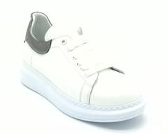 Белые кожаные кроссовки на объемной подошве