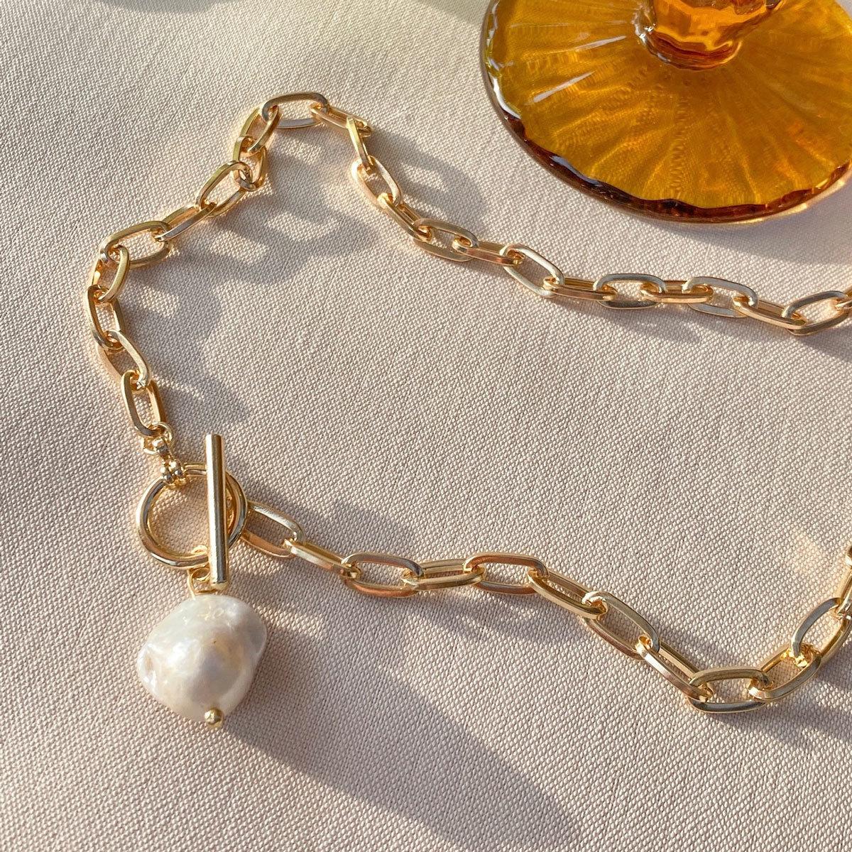 Колье-цепь с замком-тогл и натуральной барочной жемчужиной (золотистый)