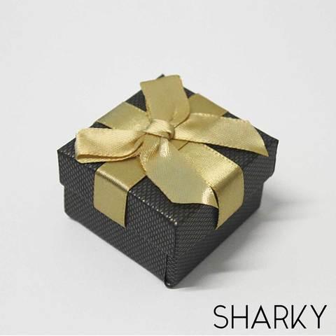 Подарочная коробочка с желтым бантом