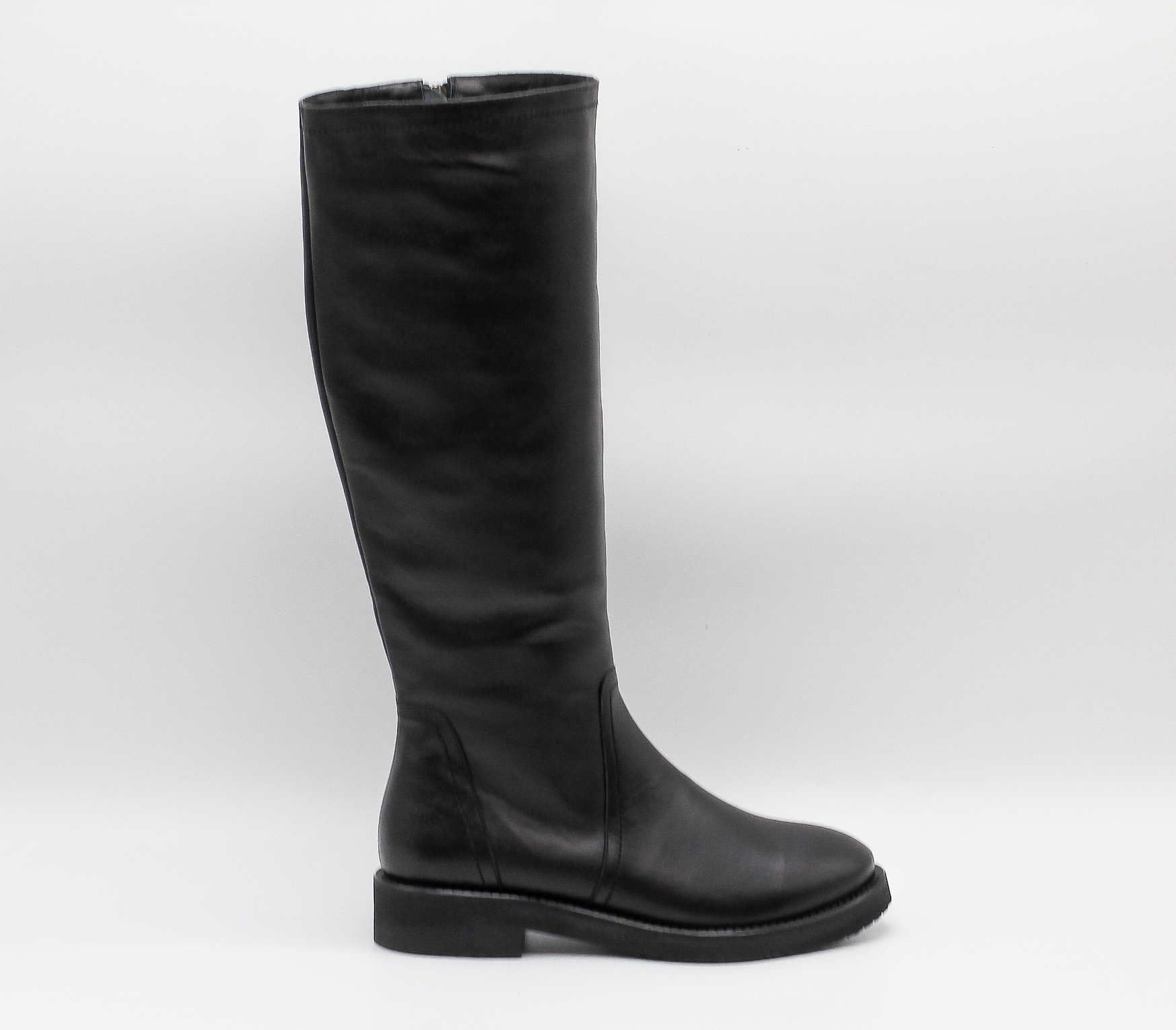 Черные кожаные сапоги на низком каблуке
