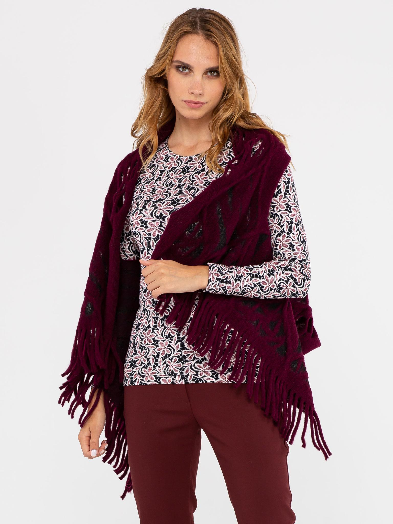 Жилет С044-623 - Изготовлен из фактурной ткани, имитирующей крупную вязку с отверстиями для рук. Универсальный жилет, предназначенный для ношения поверх платьев, блузок, джемперов, жакетов, и даже демисезонных пальто и курток. Универсальность жилета также заключается в том, что он подходит для женщин с 42-го по 48-ой размер, независимо от роста и типа фигуры. Жилет можно застегнуть на декоративную булавку или брошь, подпоясать ремнем\поясом. Также можно использовать завязки на концах жилета. Жилет можно использовать и как оригинальный шарф или снуд. Подобный аксессуар только украсит ваш образ.