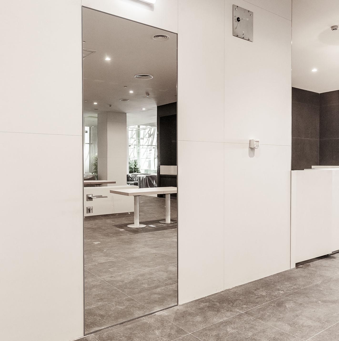 Скрытые двери Скрытая межкомнатная алюминиевая дверь Atlantise Diamond с зеркалом с одной стороны и под покраску с другой zerkalo-atlantis.jpg