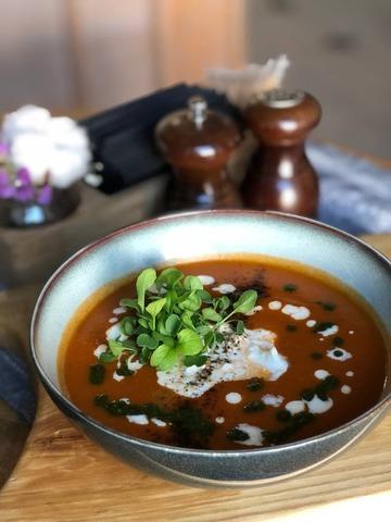 Томатный крем-суп со страчателлой и базиликом