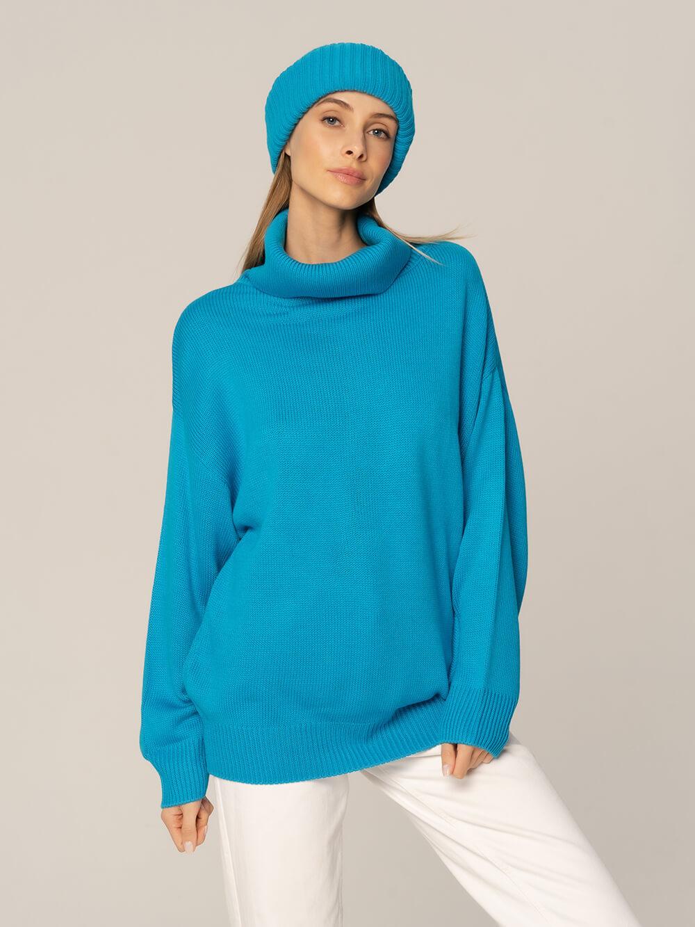 Женский комплект из свитера и шапки ярко-синего цвета - фото 1