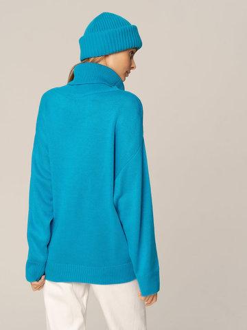 Женский комплект из свитера и шапки ярко-синего цвета - фото 2