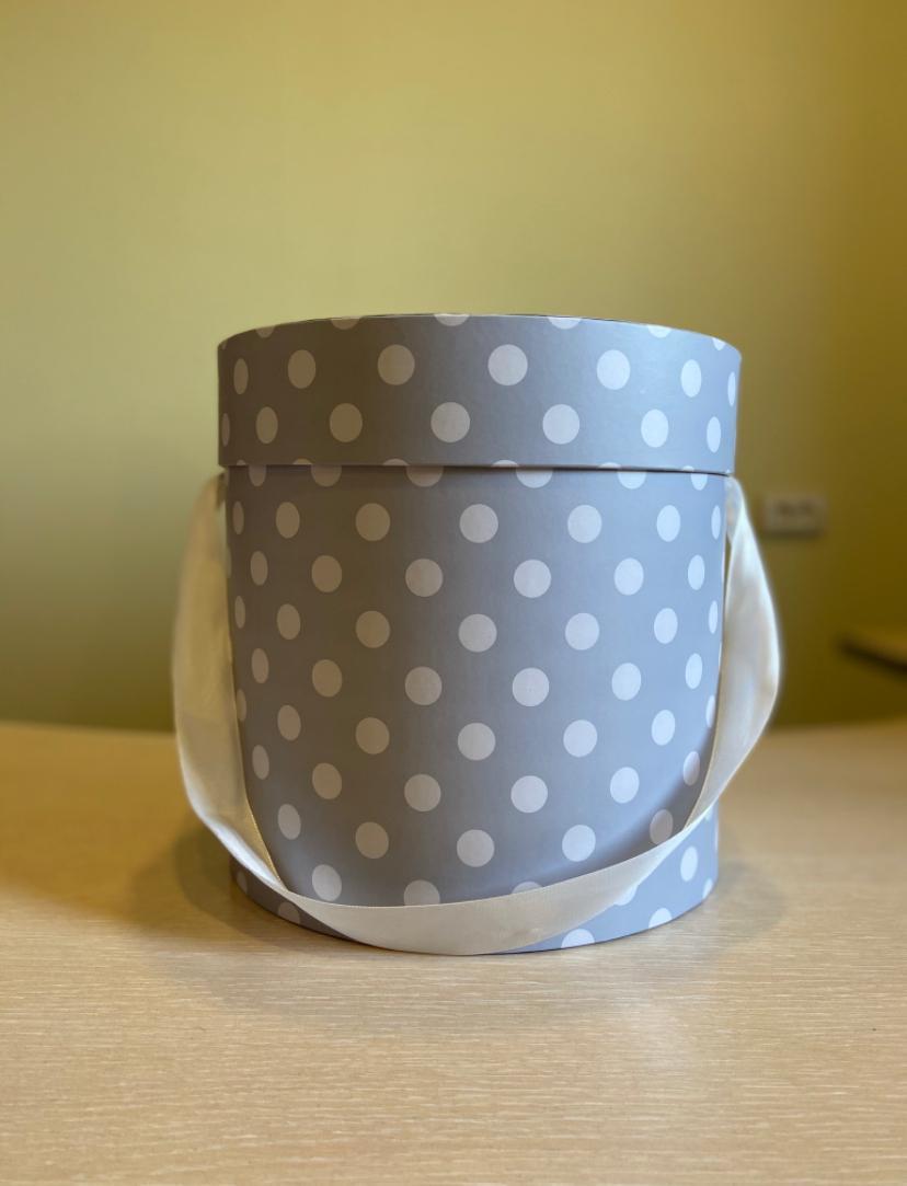 Шляпная коробка эконом вариант 22,5 см . Цвет: В светло серый горох . Розница 350 рублей .