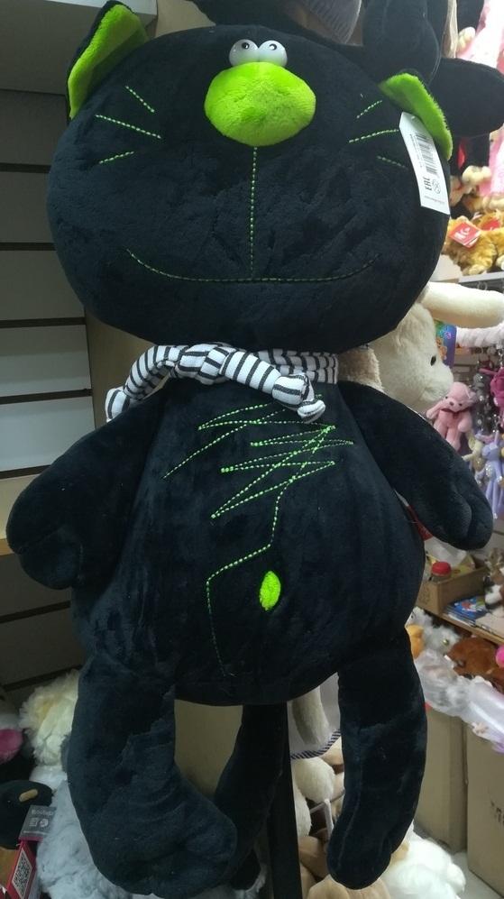 Чёрный котик в шарфе