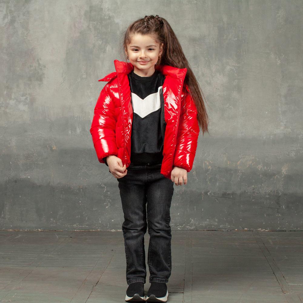 Демісезонна дитяча куртка червоного кольору з лакової плащової тканини та нашивкою